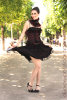 jupe courte et bustier noir et rouge avec un corset